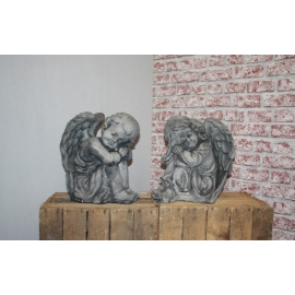 Engel links kijkend, beton